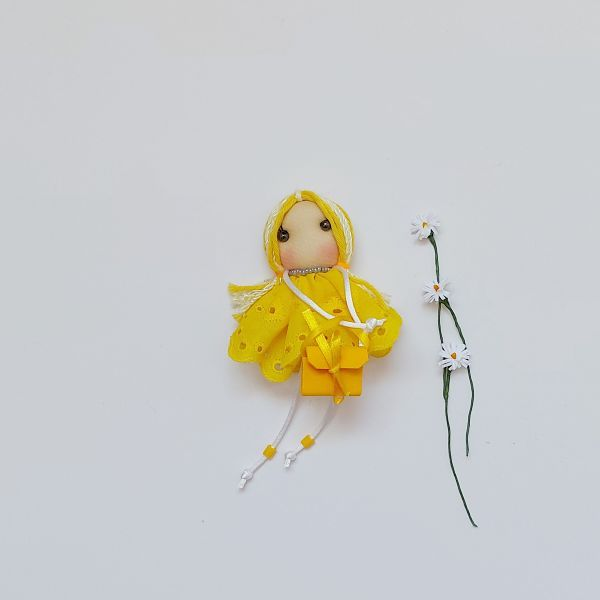Broche muñeca de tela amarilla