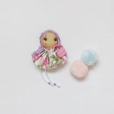 Broche muñeca de tela morada